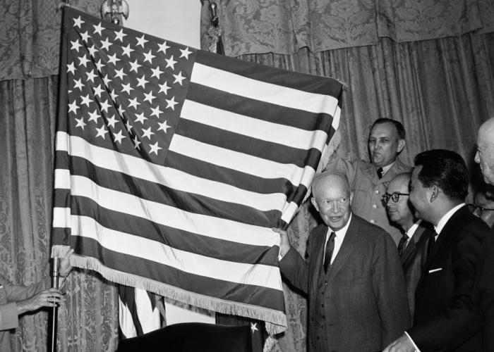 1958-dwight-eiesnhower-approves-robert-hefts-50-star-flag-design